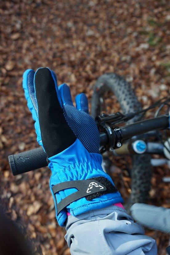Der Handschuh ist ordentlich hoch geschnitten