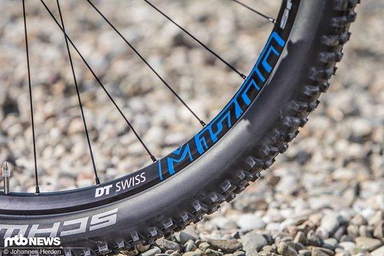 Auf den DT Swiss M1700-Laufrädern sind Schwalbe-Reifen montiert.