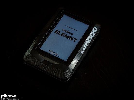 Nach dem ersten Start gibt es direkt ein Software-Update für den ELEMNT