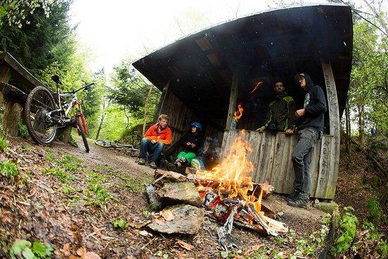 Das Wochenende hatte verschiedenste Aktionen. Die vom Mountainbike- Verein organisierte Schnitzeljagd war ein Teil dessen. Wer nicht zwingend im Rennmodus unterwegs war, konnte bei der Station am Kybfelsen ein Päuschen am Feuer machen oder direkt wei