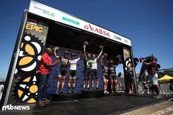 (Von Links nach Rechts) 2. Platz Matthias Stirnemann & Nino Schurter, 1. Platz Manuel Fumic & Henrique Avancini und 3. Platz Samuele Porro & Alexey Medvedev