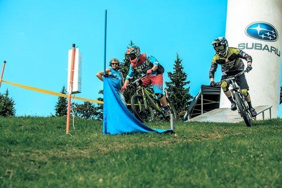 Die Schweizer Kandidaten für die Weltmeisterschaft  (Keller & Waldburger) kämpfen Kopf an Kopf beim Dual Slalom Finale