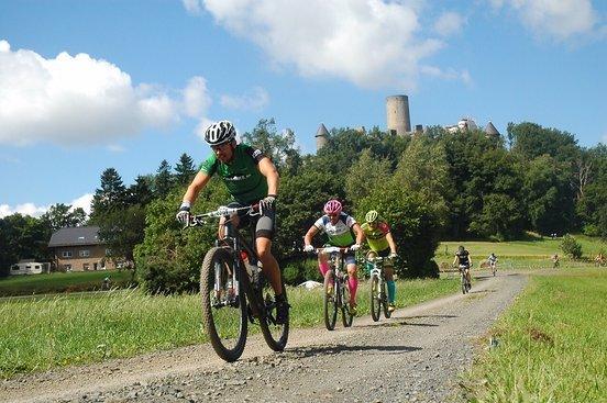 Im Schatten der Nürburg kommt im Wald das technische Stück der MTB-Runde.