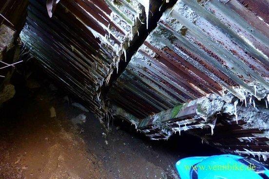 Die Decke von Bunker 144 von innen. Man sieht deutlich die Stahlarmierung.