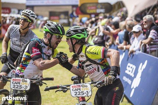 Urs Reuss und Evert van Muyden freuen sich über das Überstehen des Cape Epic