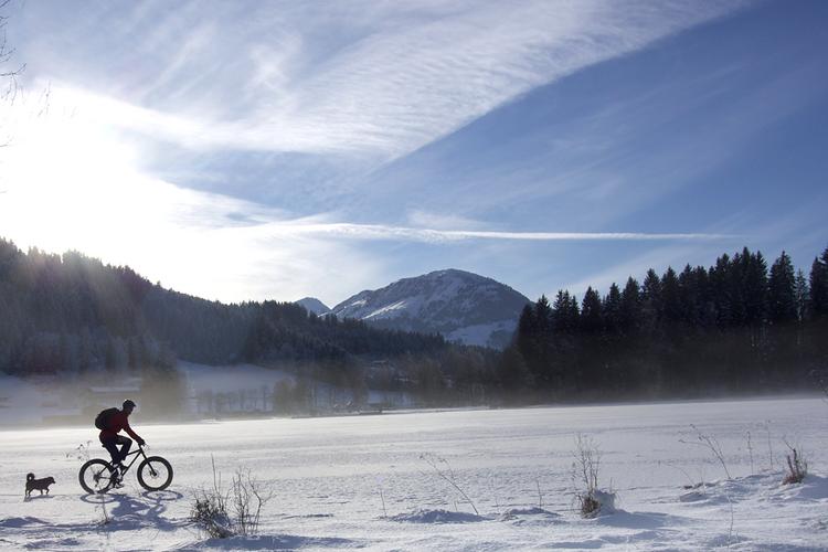 Tour durch die verschneite Landschaft