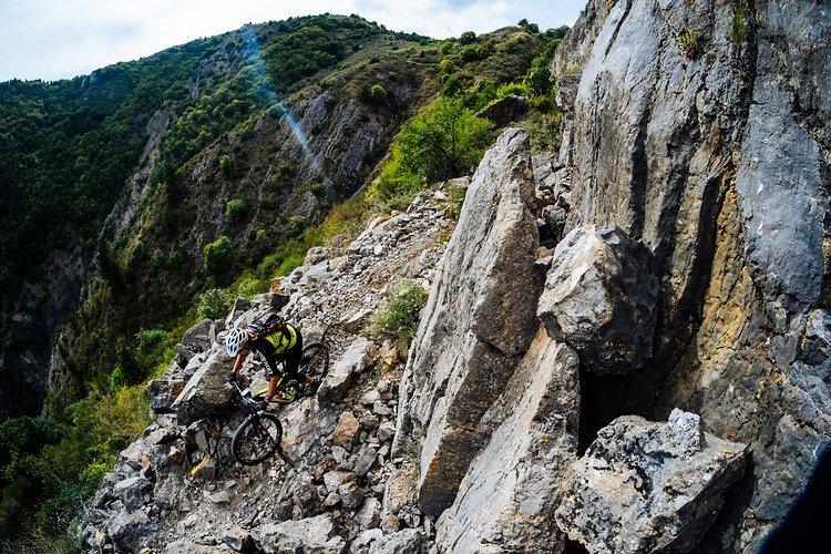 Anita Gehrig in steinigem Terrain