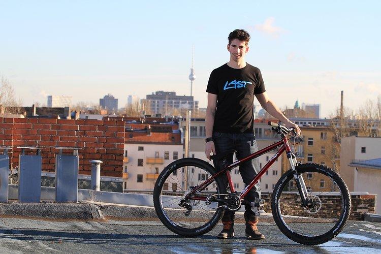 Der Beginn der Zusammenarbeit - Aiko mit seinem LAST TREMONIA über den Dächern Berlins.