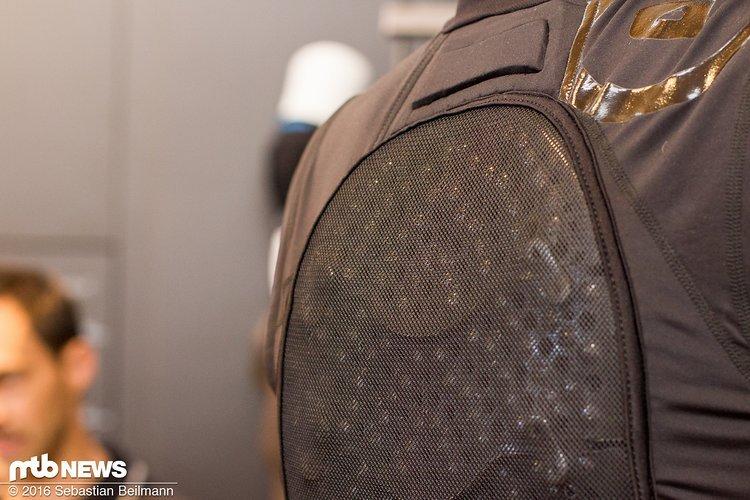 Das MKII Jacket kommt mit Armourgel-Protektor, der sich flexibel der ganzen Rückenform anpasst