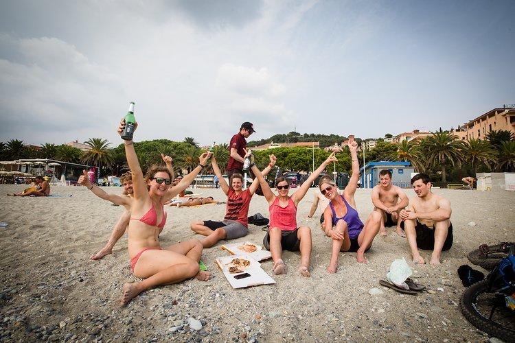Die Strapazen sind vorbei: Endlich ein kühles Blondes und Pizza am Strand!