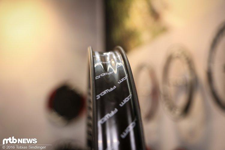 Alle Laufräder sind natürlich tubelessready. Die Felge kommt am oberen Ende ohne Felgenhorn aus - trotzdem soll der Reifen einwandfrei sitzen und halten.