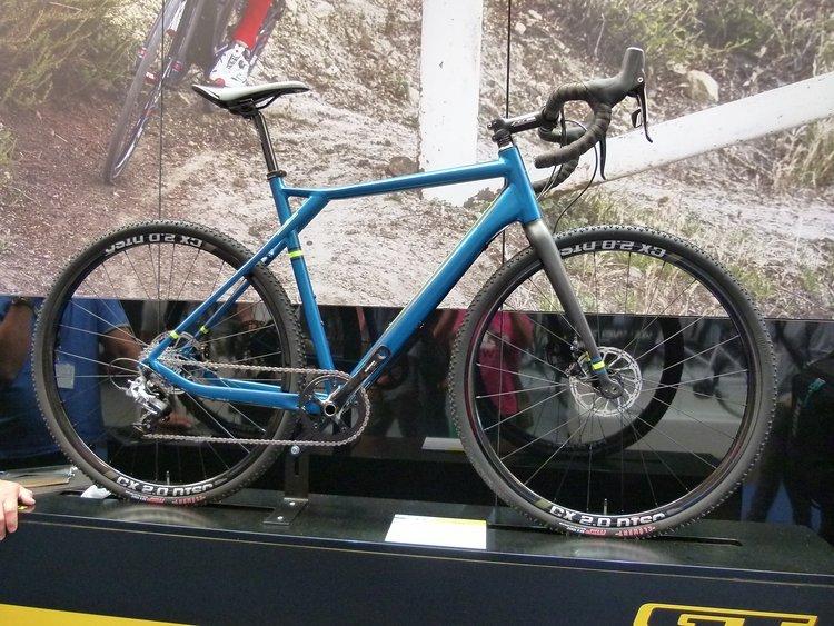 Querfeldeinräder sind auch eins der großen Themen auf der Eurobike. Andere nennen sie Gravel-Racer oder New Road-Racer. Es bleibt immer ein Rennrad das dazu gedacht ist abseits geteerter Straßen bewegt zu werden, wie der Gravel-Racer von GT.